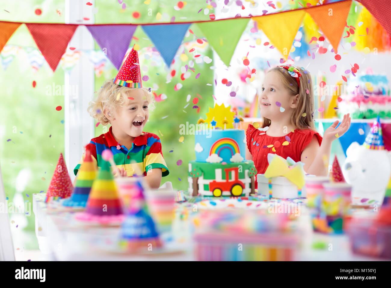 Fiesta De Cumpleaños Para Niños Niño Soplar Las Velas En Colores Pastel Casa Decorada Con Banderas La Bandera Del Arco Iris Globos Confeti Granja Y Transportarlos Fotografía De Stock Alamy
