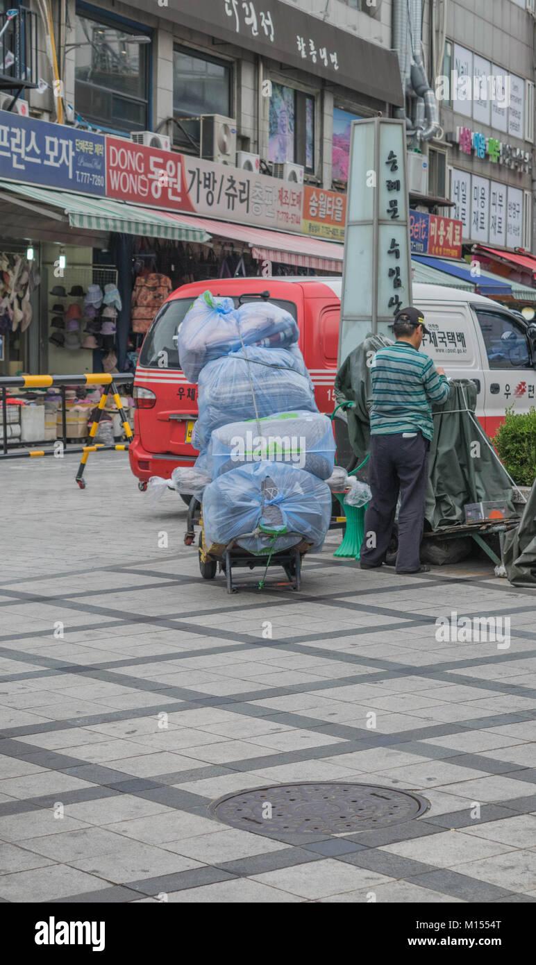 Un scooter repleto de alto con paquetes, sobre una calle en Seúl, Corea del Sur Imagen De Stock