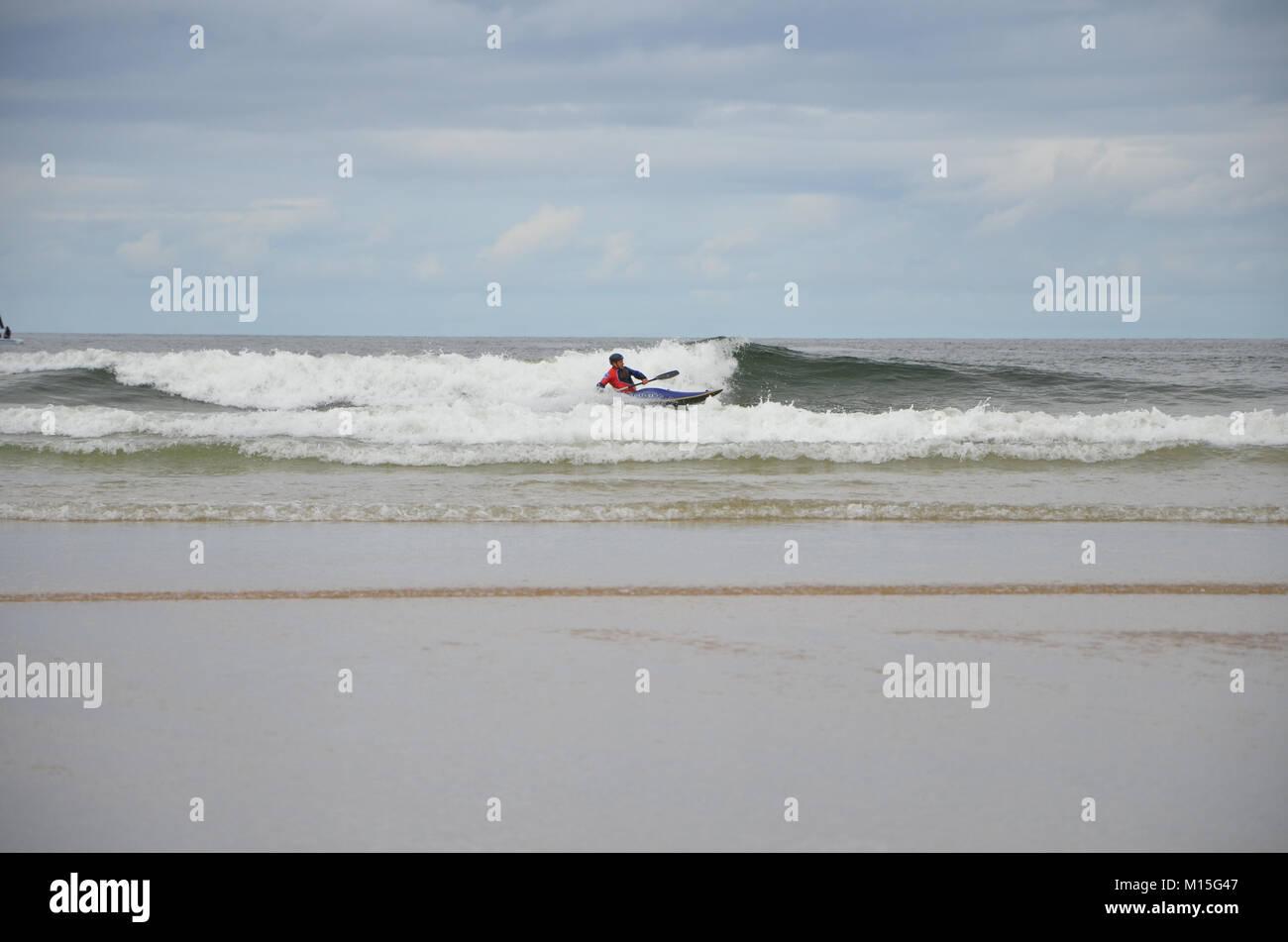 Portrush, Co.Antrim, Irlanda del Norte. 6 Agosto 2013 Un Kayakista aborda las olas en West Bay Portrush Foto de stock