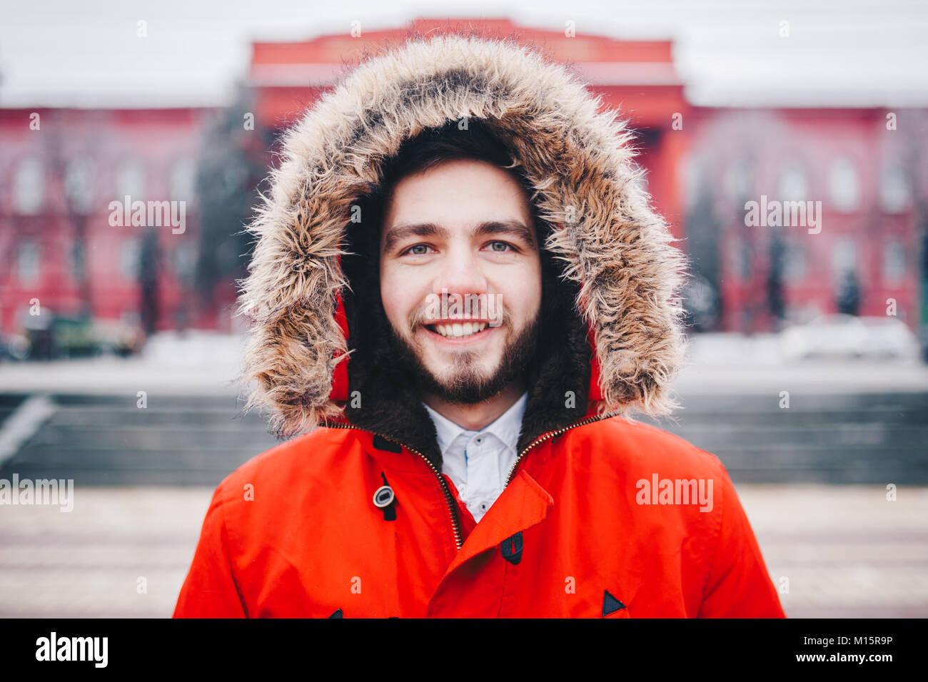 Con Elegantemente Cerca Jóvenes De Retrato Barba Sonriendo Hombre qY6xStwdt