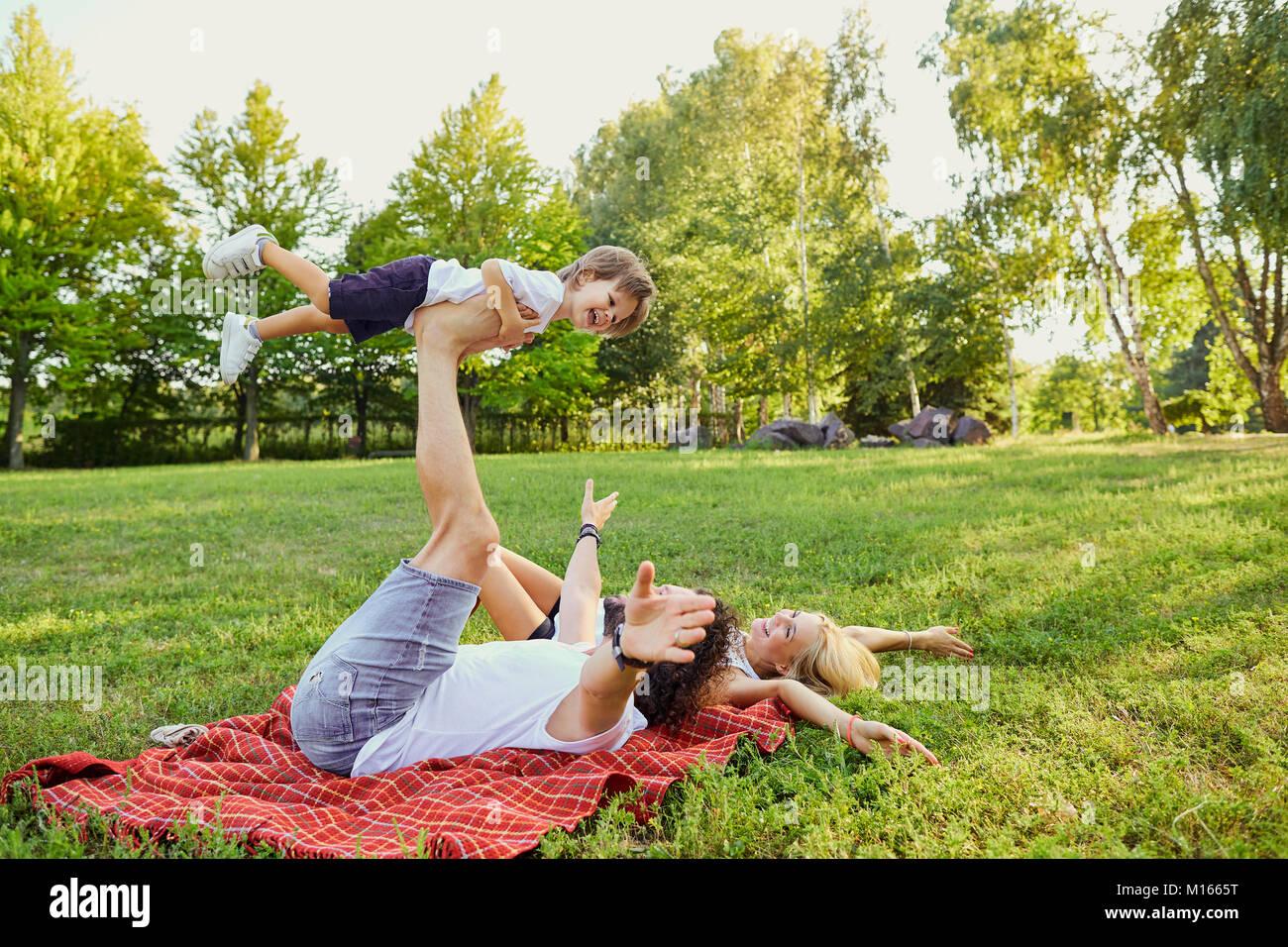 Familia Feliz en el parque. Imagen De Stock