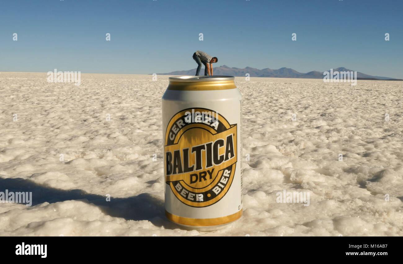 Beercan y hombre pequeño en el Salar de Uyuni Saltflats. Imagen De Stock