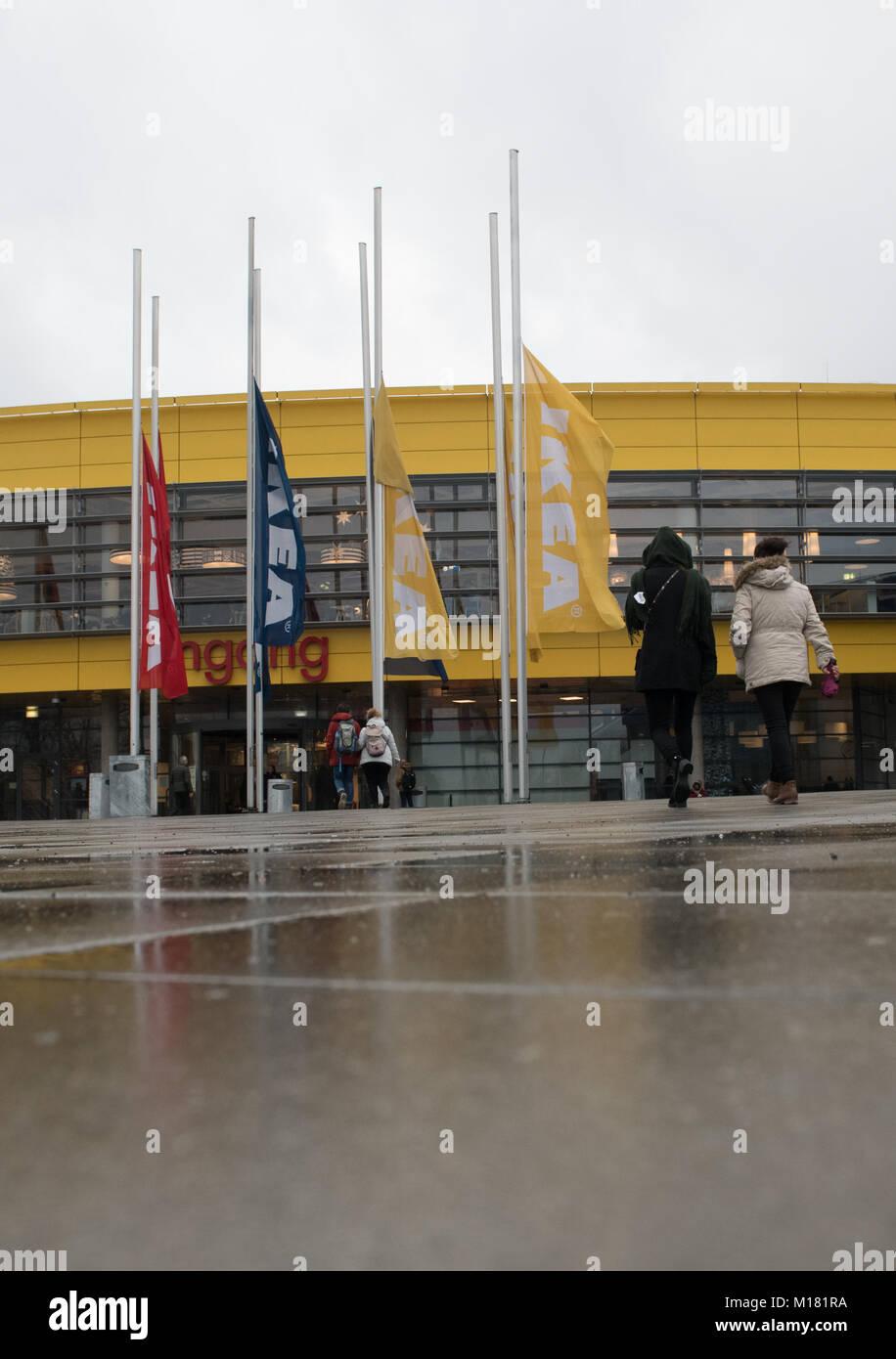 Berlín, Alemania. 28 ene, 2018. Las banderas en frente de Ikea están ...