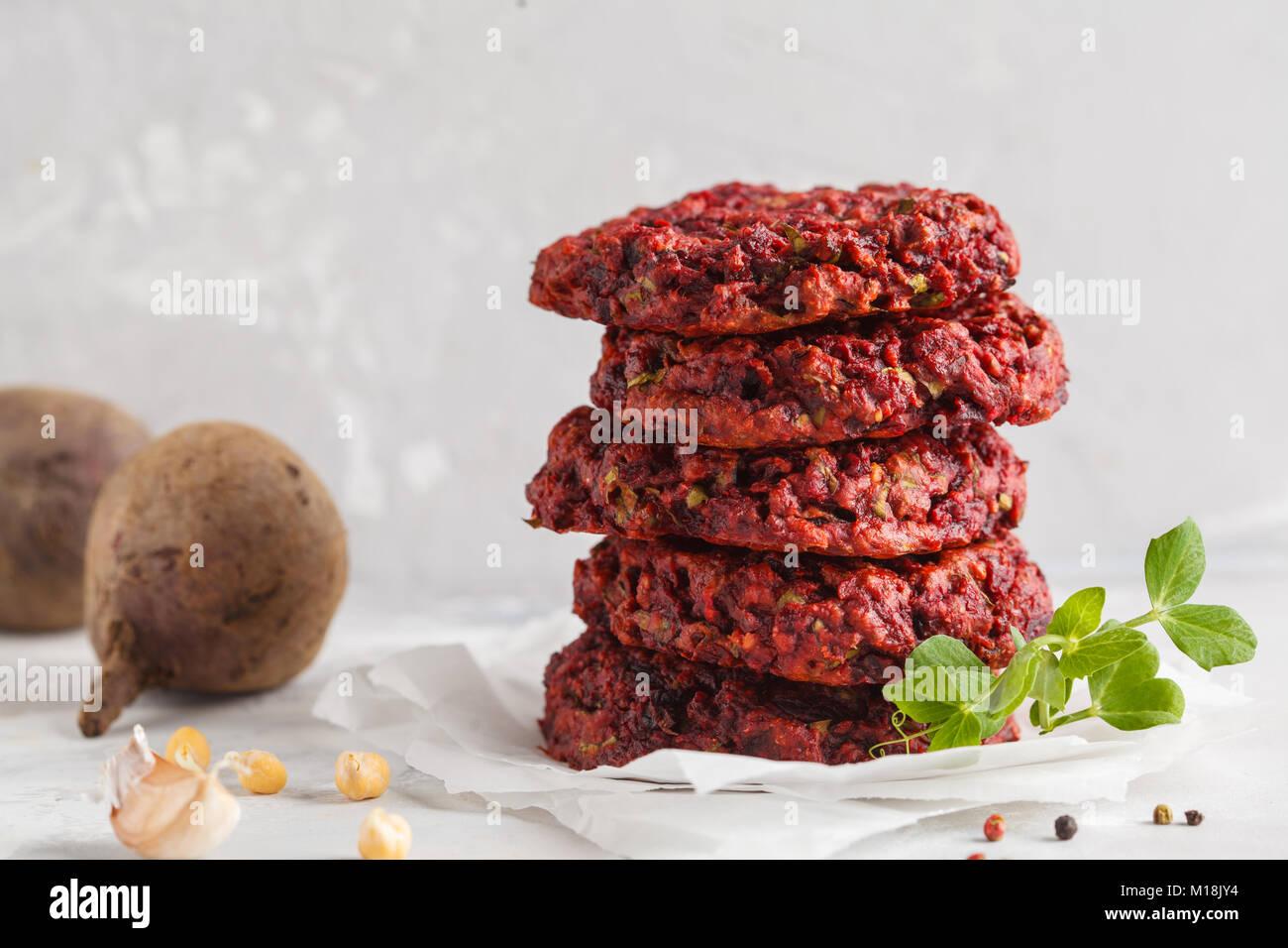 Remolacha hamburguesas vegetarianas con garbanzos y hierbas. Concepto de comida vegetariana saludable. Imagen De Stock