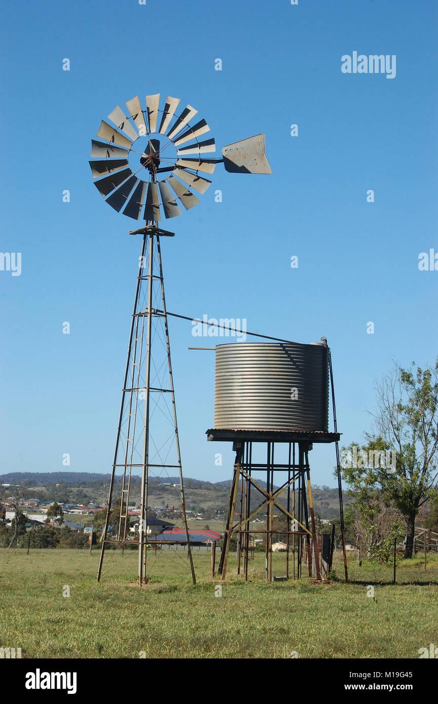 El molino de viento y tankstand en el paddock queensland for Piscina molino de viento y sombrilla