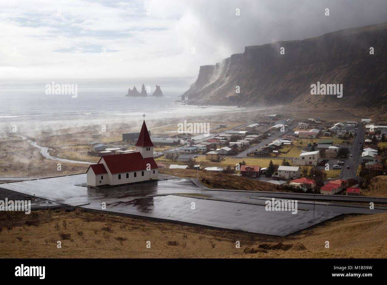 Pequeño pueblo de Vik i Myrdal, en la costa sur de Islandia Imagen De Stock