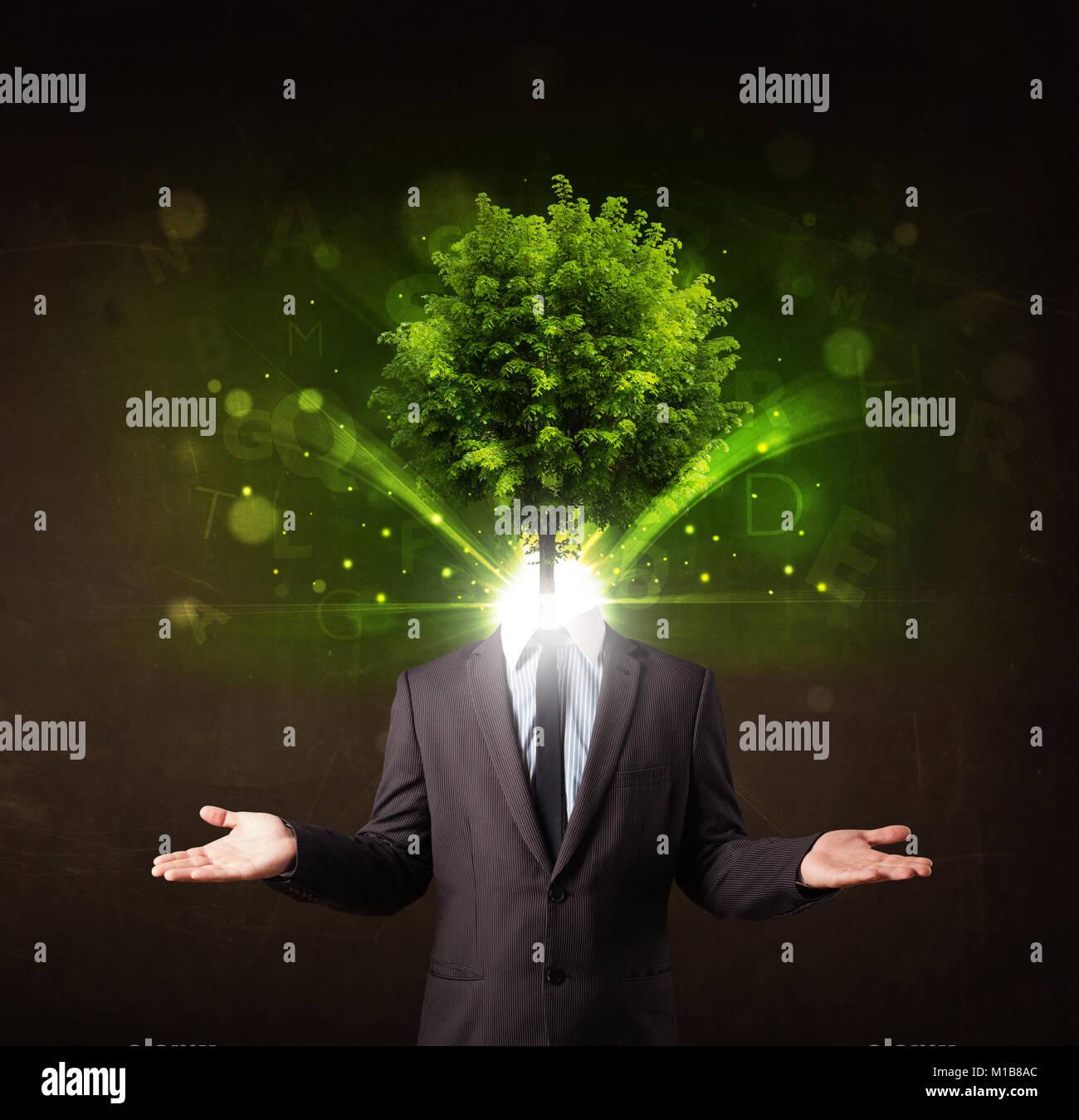 Hombre con cabeza de árbol verde concepto sobre fondo marrón Imagen De Stock