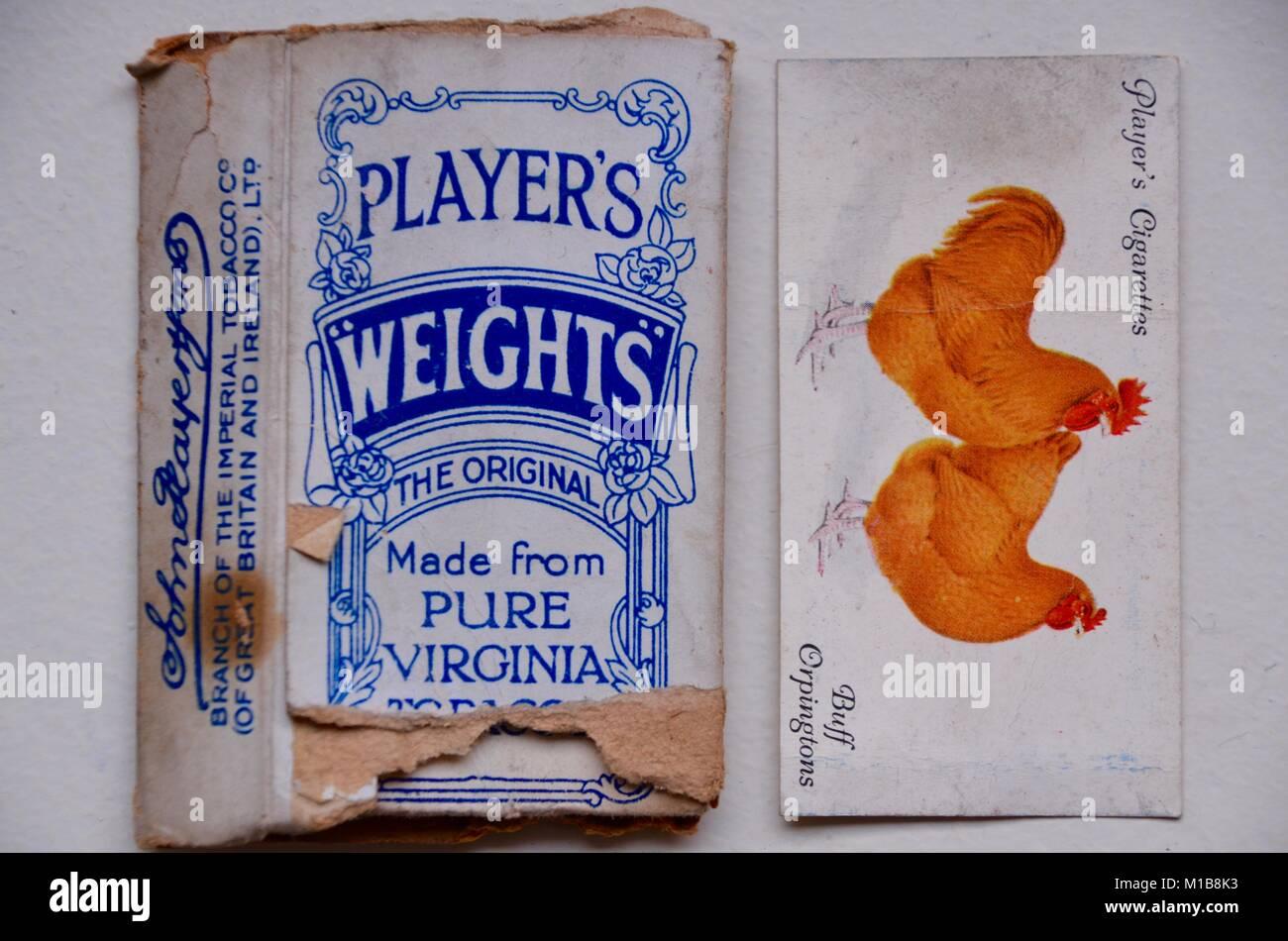 John jugadores pesas vintage cajetillas de cigarrillos con Tarjetas coleccionables Foto de stock