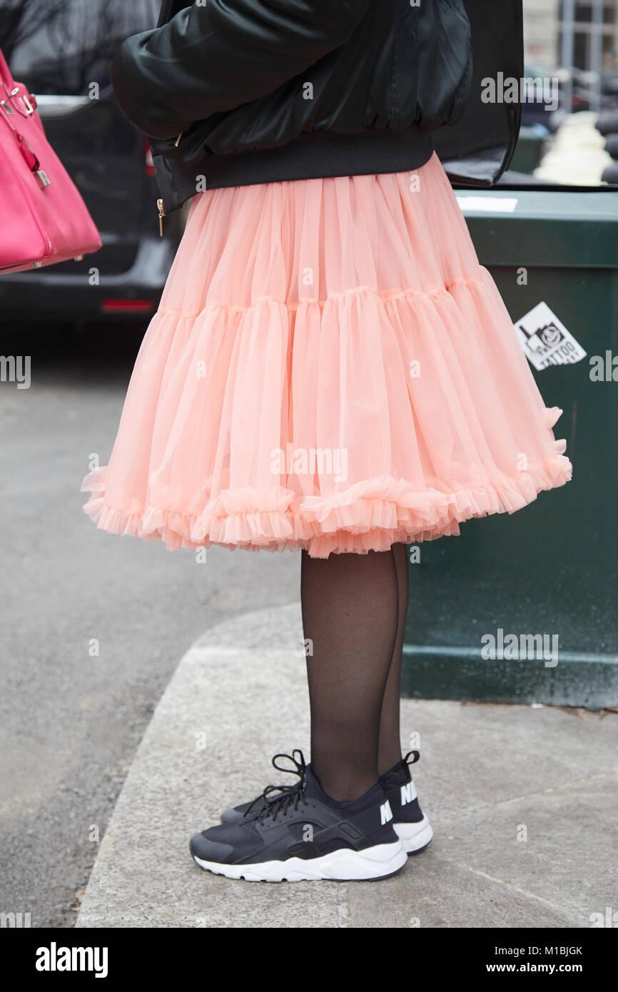 0b5201d3a Milán - 15 de enero: Una mujer con falda de tul rosa y blanco y negro  zapatillas Nike zapatos antes de Giorgio Armani Fashion Show, calle de la  Semana de la ...