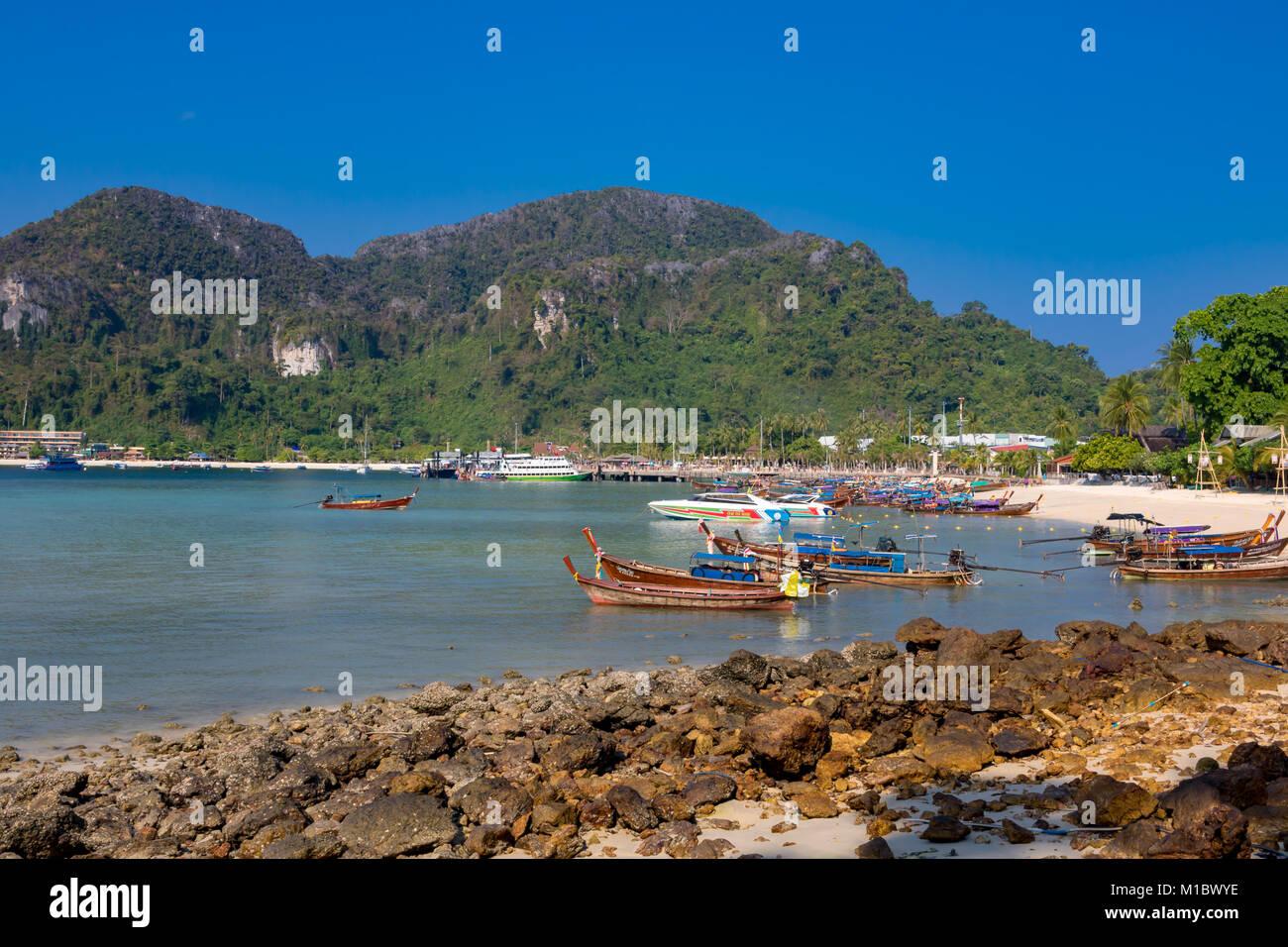 La Isla Phi Phi Krabi Tailandia Enero 31, 2016 Bella Vista en la marea baja en Tonsai Ao, en Koh Phi Phi Don. Foto de stock