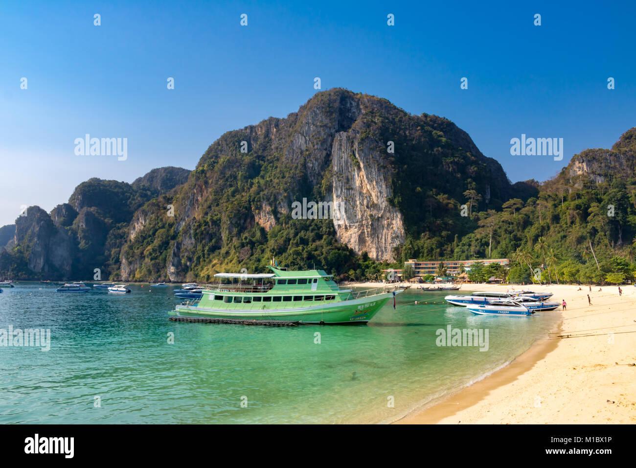 La Isla Phi Phi Krabi Tailandia Enero 31, 2016 lanchas amarrados en una playa de Tonsai Ao, en Koh Phi Phi Don. Foto de stock