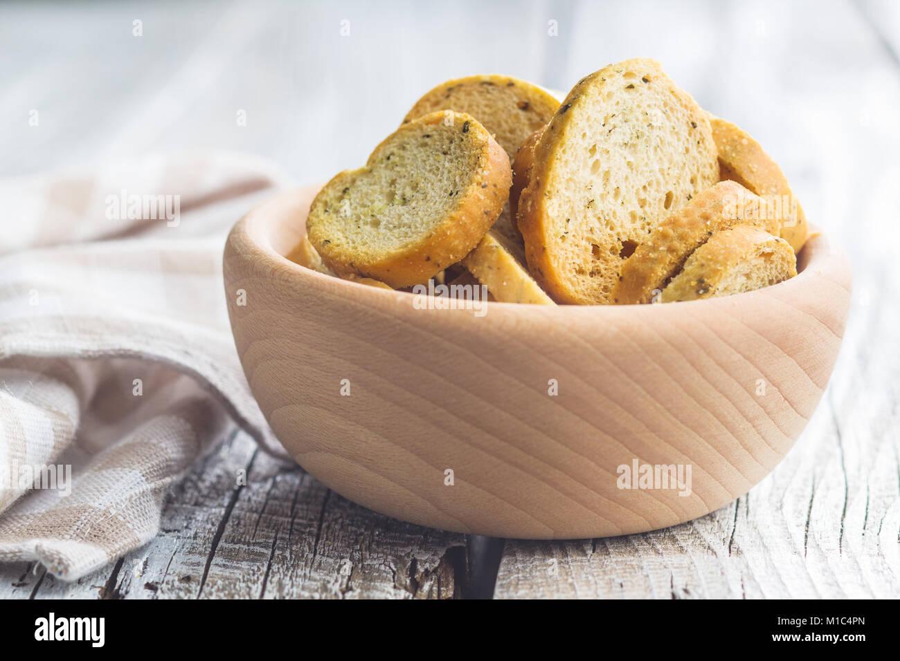 Pan crujiente bruschetta en tazón de madera. Imagen De Stock