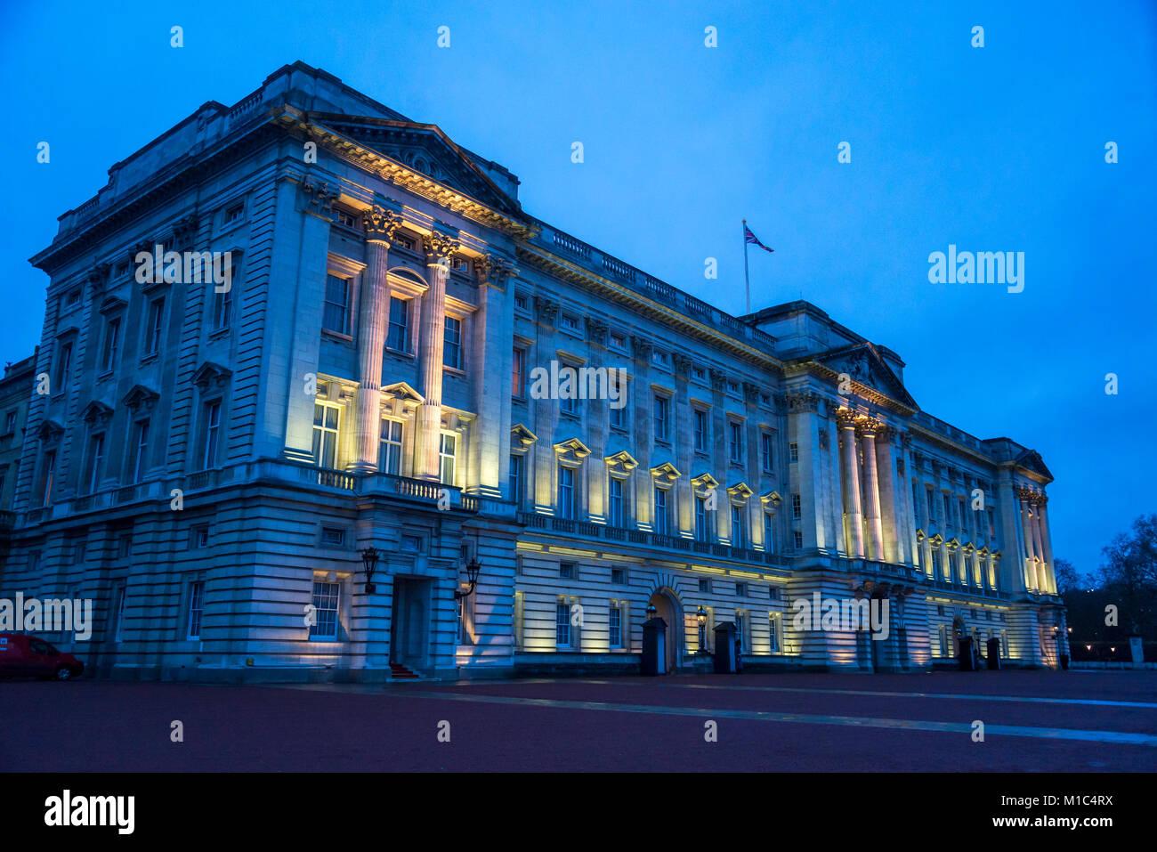 Buckingham Palace es la residencia de Londres y sede administrativa del monarca reinante del Reino Unido, Londres, Inglaterra, Reino Unido. Foto de stock