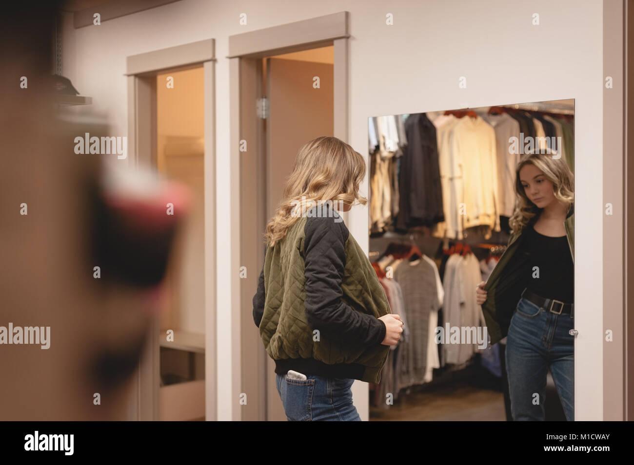 Vista trasera de la mujer chaqueta de comprobación Imagen De Stock