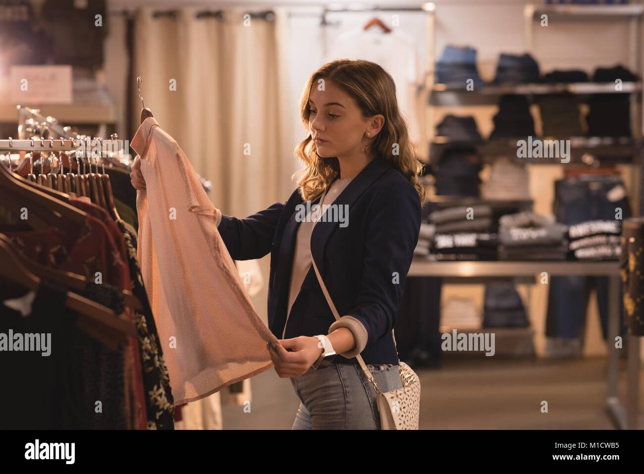 Bella mujer tiendas de ropa Foto de stock