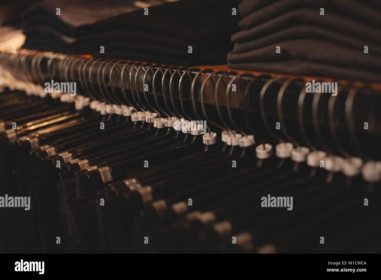 Percha dispuestos en rack Foto de stock