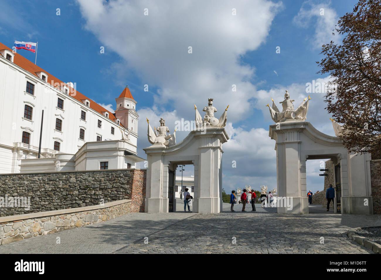 BRATISLAVA, Eslovaquia - Septiembre 25, 2017: los turistas visitan no reconocidos en la puerta delantera del castillo medieval sobre la colina cercana al edificio del Parlamento. Foto de stock