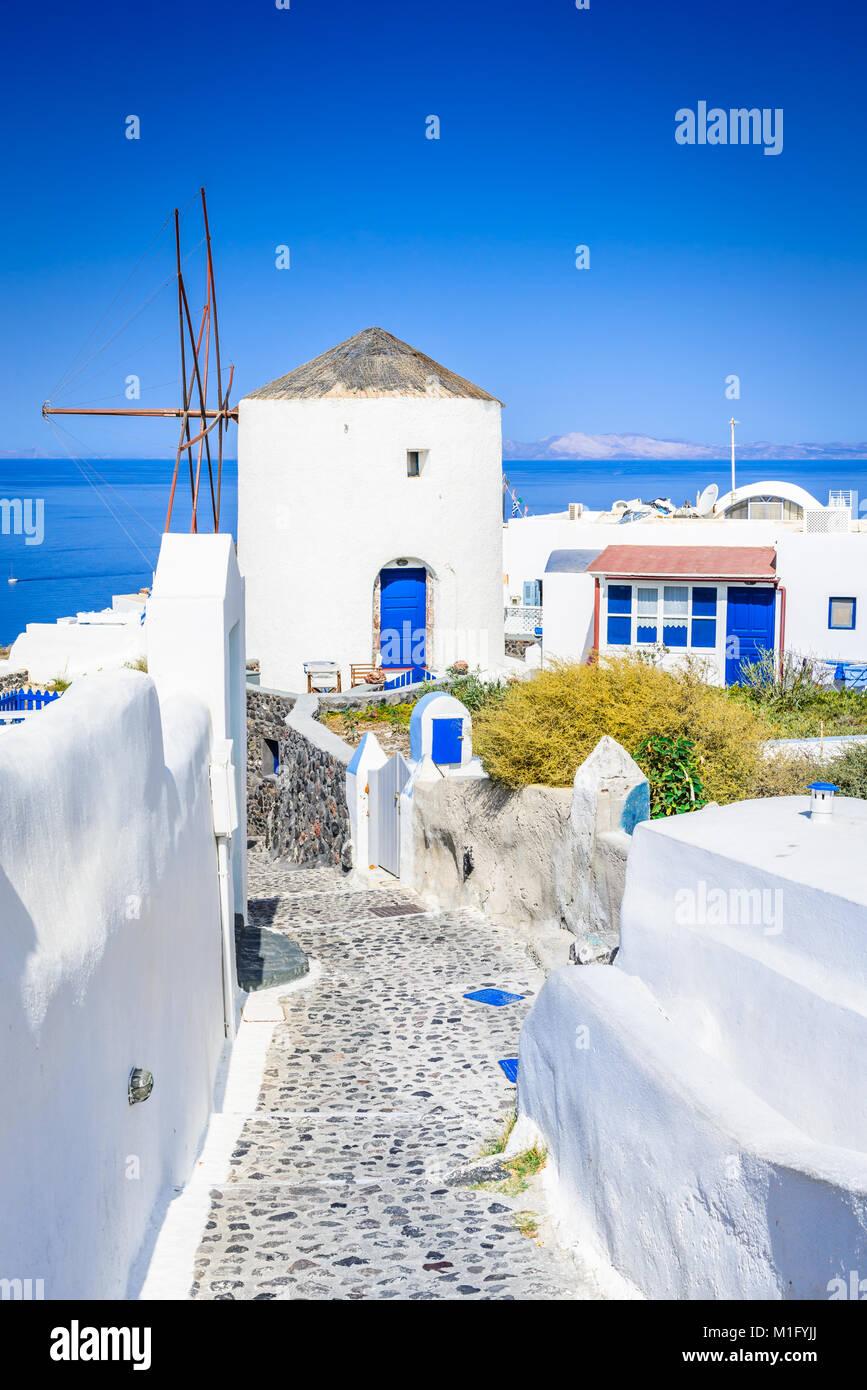 Oia, Santorini. Famoso pueblo blanco con calles adoquinadas en griego de las islas Cícladas, del mar Egeo, Imagen De Stock