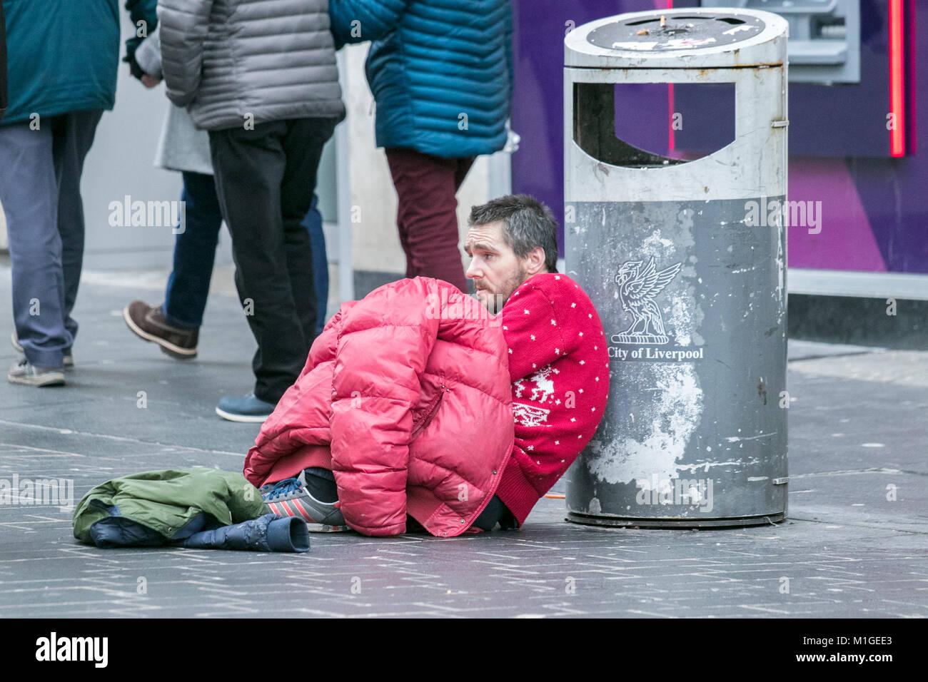 El desamparo sin techo durmiendo mendigar mendiga mendigos hambrientos frío invierno triste donación dinero Imagen De Stock