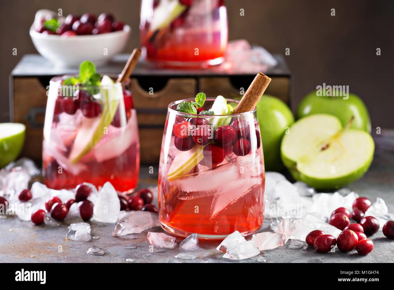 Frío invierno cóctel con arándanos frescos y manzana verde Foto de stock