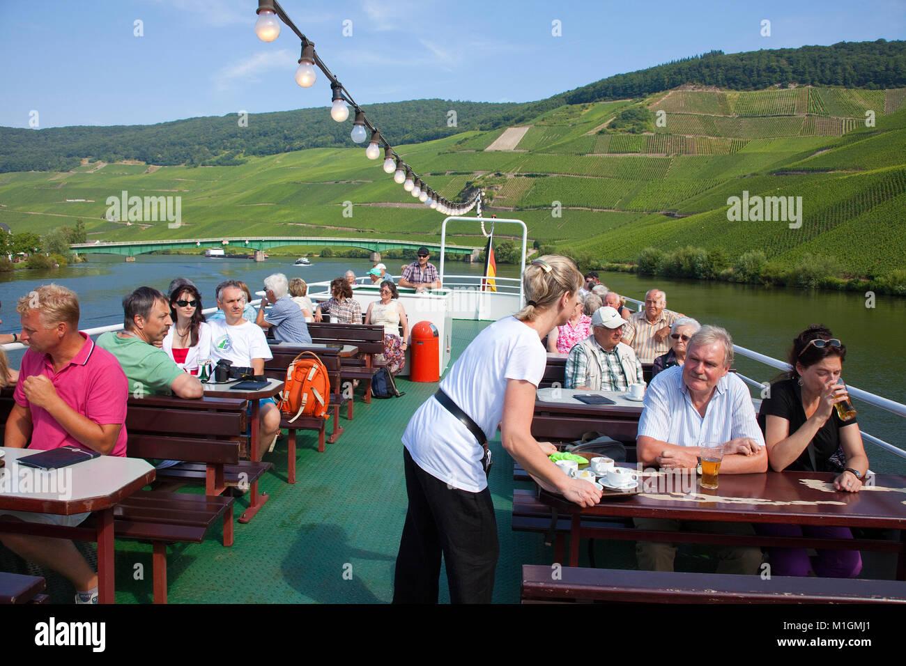 Los turistas disfrutan de un viaje en barco por el río Mosela, Piesport, río Mosela, Renania-Palatinado, Imagen De Stock
