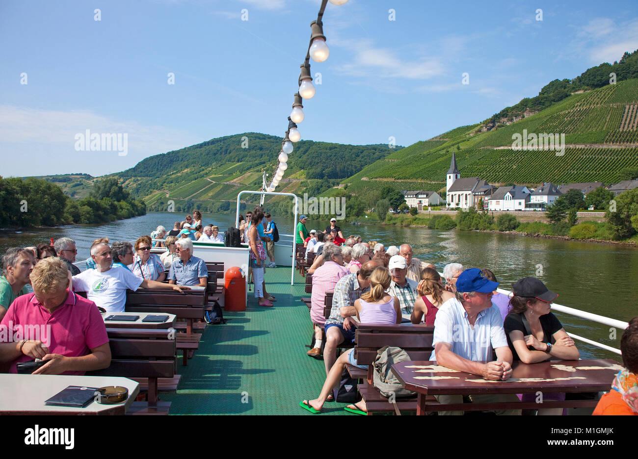 Los turistas disfrutan de un viaje en barco por el río Mosela, Kesten, río Mosela, Renania-Palatinado, Imagen De Stock