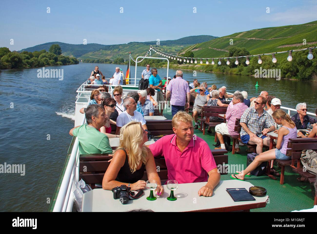 Los turistas disfrutan de un viaje en barco por el río Mosela, Lieser, río Mosela, Renania-Palatinado, Imagen De Stock
