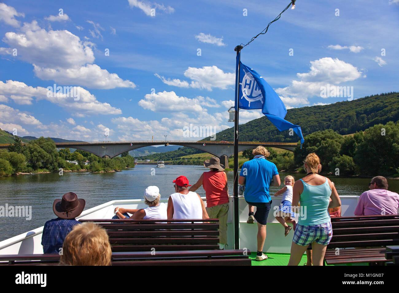 Los turistas de barco de excursión, viaje en barco por el río Mosela, Zeltingen-Rachtig, río Mosela, Imagen De Stock