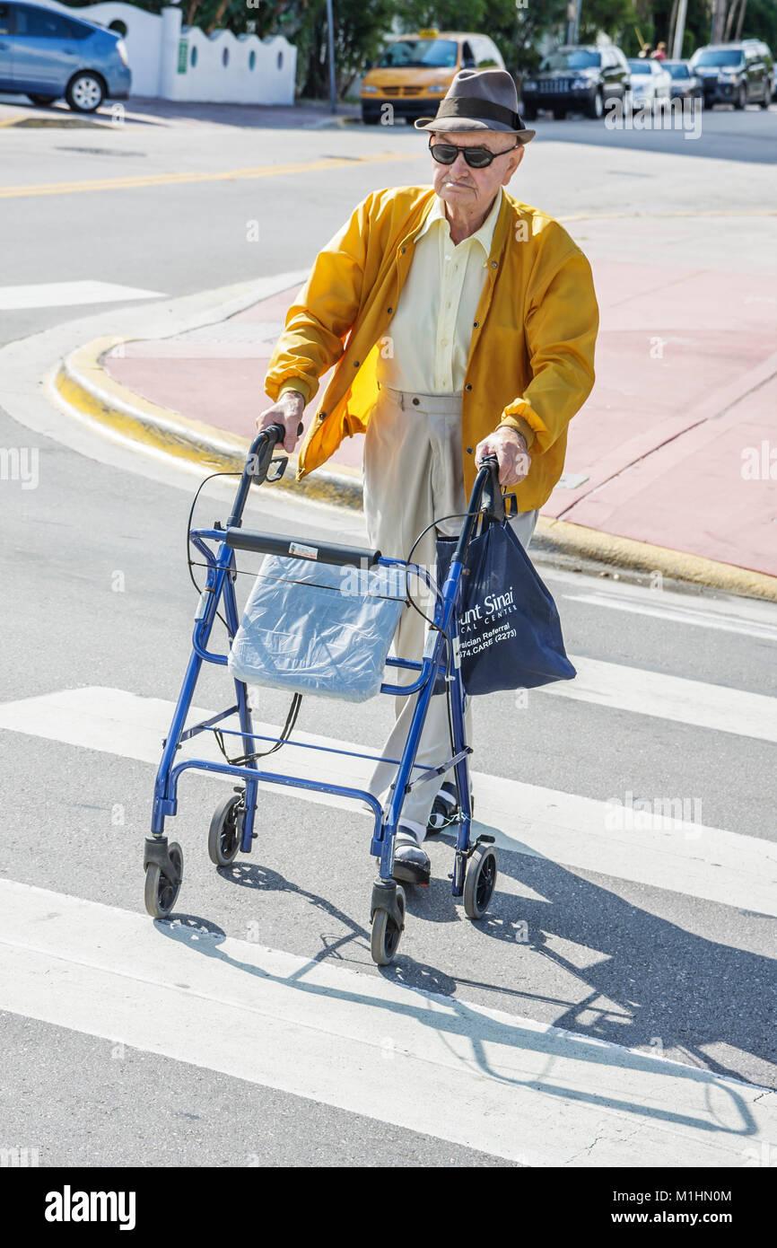 Elderly Walker Imágenes De Stock & Elderly Walker Fotos De Stock - Alamy