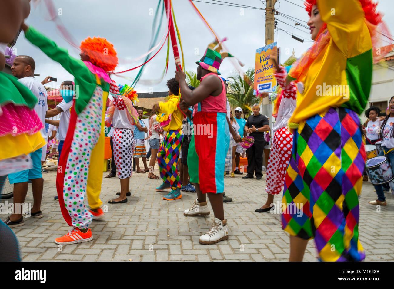 SALVADOR, Brasil - CIRCA Febrero, 2016: la gente en trajes coloridos celebrar en el Festival anual de Yemanja en Imagen De Stock