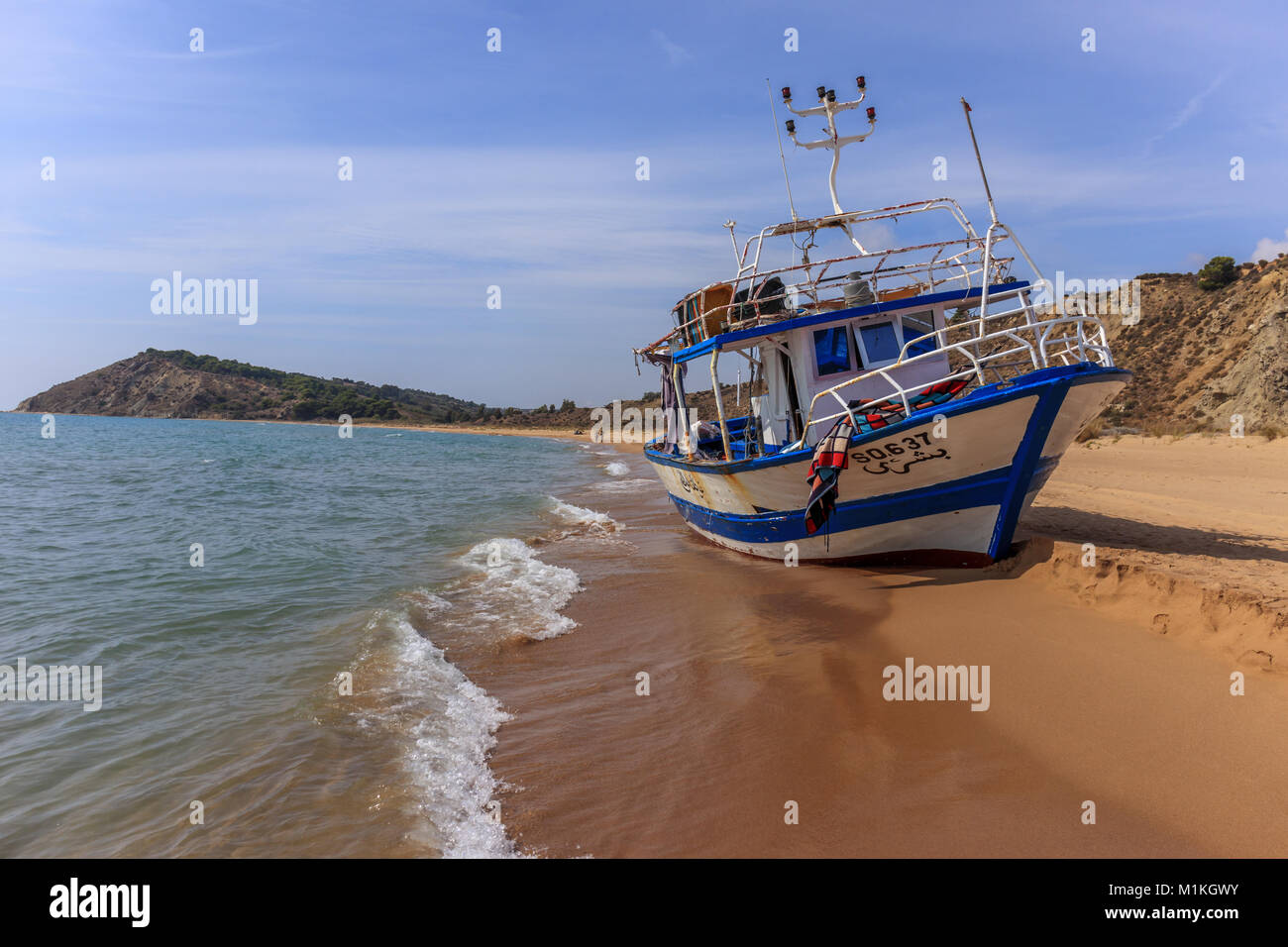 Embarcaciones salieron en la playa después de los desembarcos de inmigrantes ilegales en Torre Salsa Foto de stock