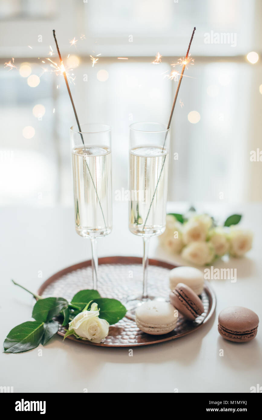 Lujoso champagne boda con rosas blancas y macaron d Imagen De Stock