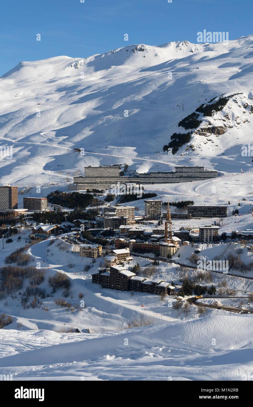 Vista de la estación de esquí francesa de Les Menuires, Tres Valles, Francia desde la masa Imagen De Stock