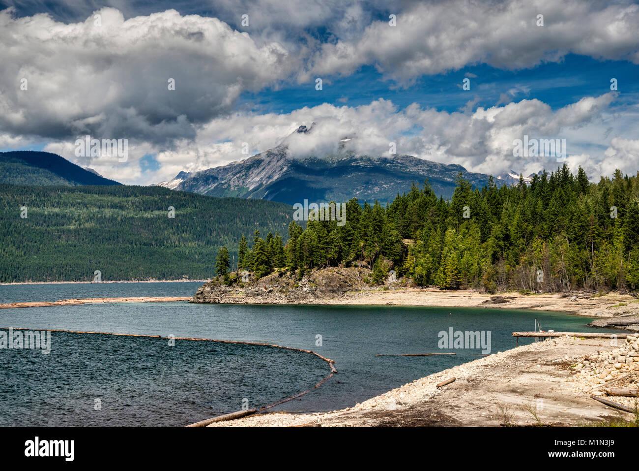Montaje en las montañas Monashee Burnham sobre la flecha superior Lago, Río Columbia, cerca de Nakusp, West Kootenay, British Columbia, Canadá Foto de stock