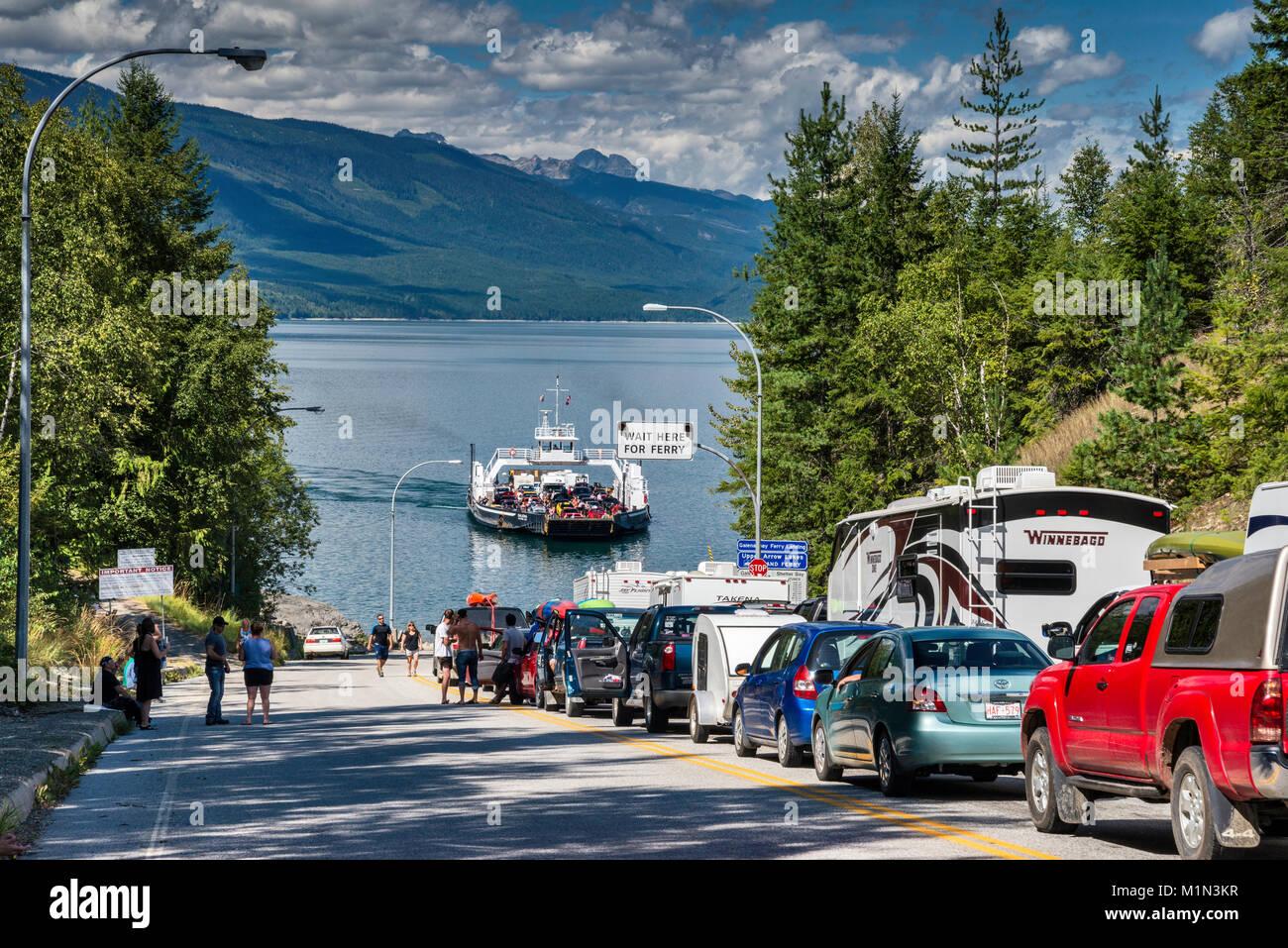 Línea de automóviles esperando para MV Galena para llegar a los lagos de flecha superior de la terminal de ferry en Galena Bay, en el oeste de la región de Kootenay, British Columbia, Canadá Foto de stock