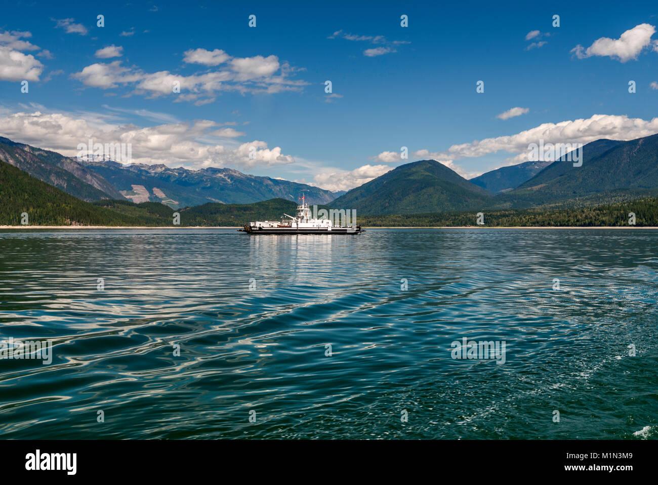 MV Shelter Bay ferry cruzando el lago de flecha superior del Shelter Bay a galena Bay Selkirk, negociaciones comerciales multilaterales, en el oeste de la región de Kootenay, British Columbia, Canadá Foto de stock