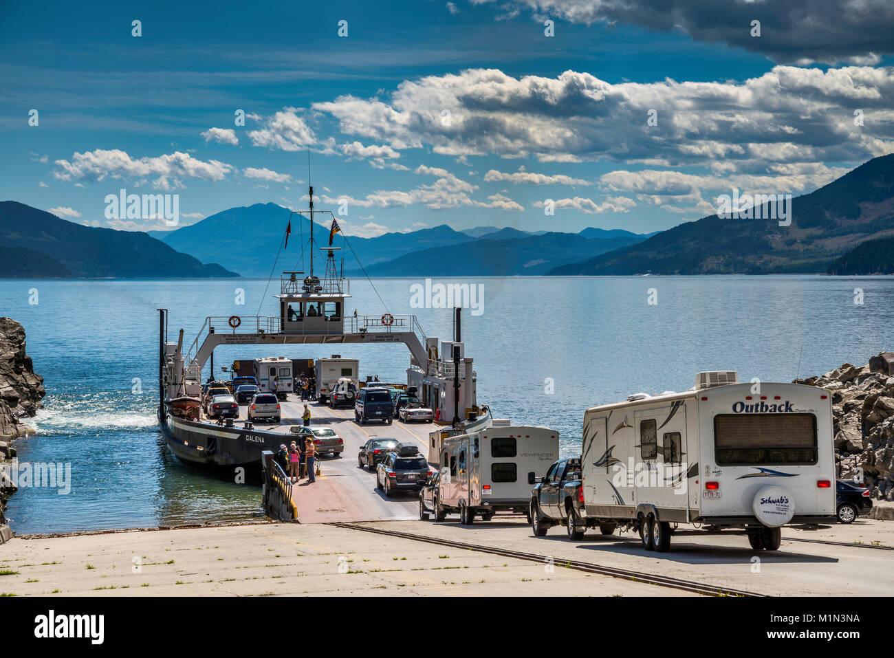 Los vehículos que entran en MV Galena en Shelter Bay ferry para cruzar el lago de flecha superior a galena Bay, negociaciones comerciales multilaterales Monashee, West Kootenay, British Columbia, Canadá Foto de stock