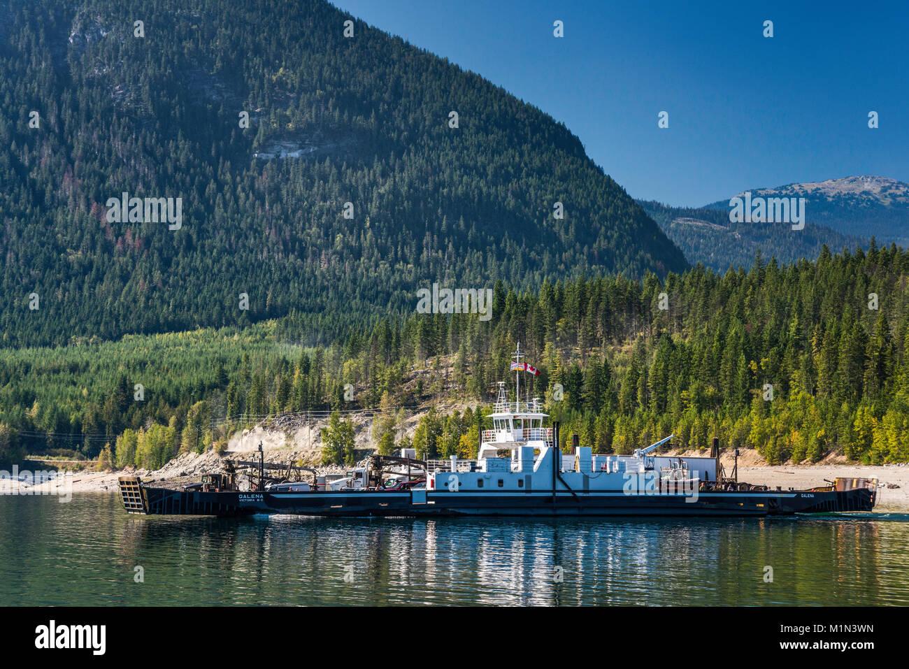 MV Galena ferry cruzando el lago de flecha superior del Shelter Bay a galena Bay, Montañas Selkirk en distancia, West Kootenay, British Columbia, Canadá Foto de stock