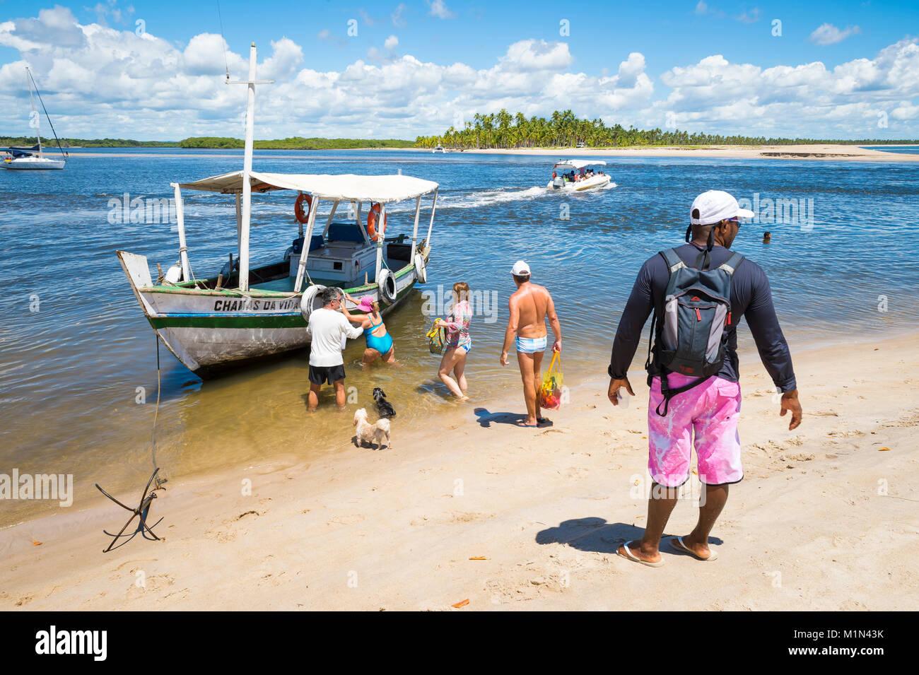 Cairú, Brasil - 15 de febrero de 2017: un capitán de barco brasileño espera a los turistas a bordo Imagen De Stock