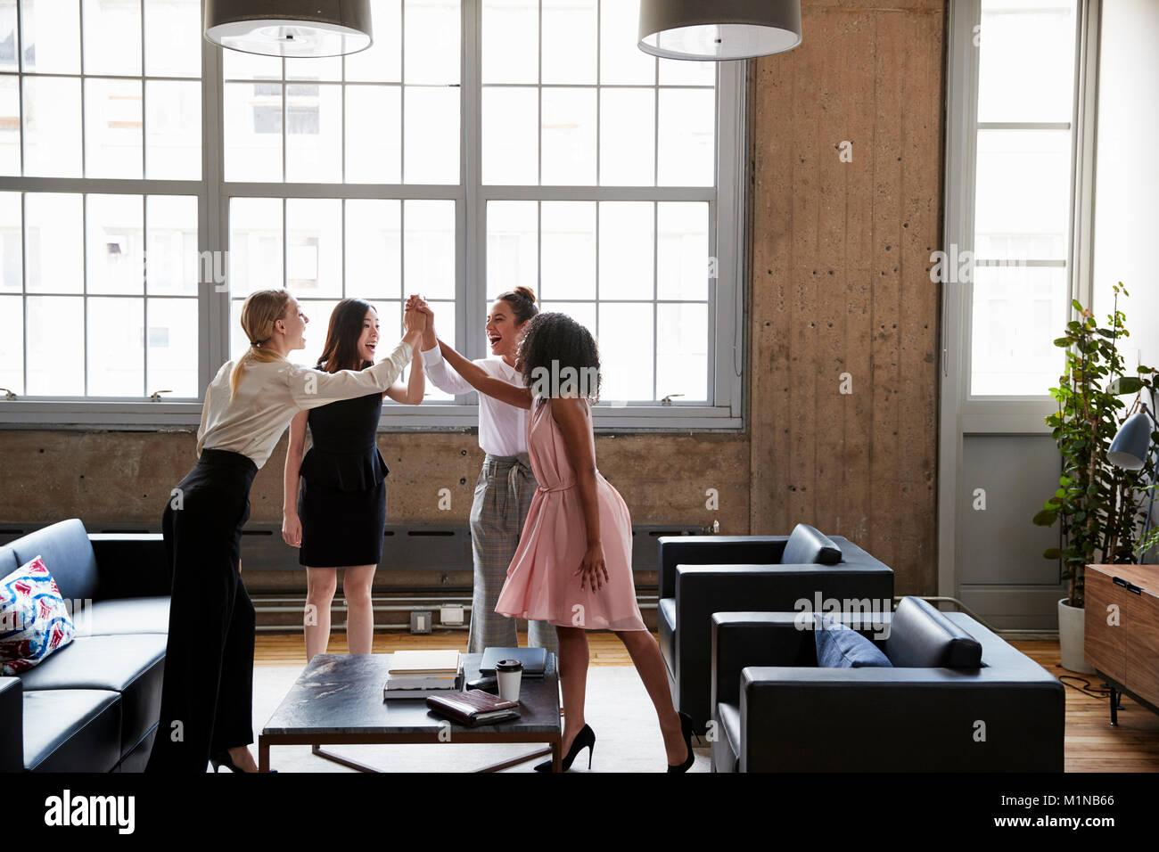 Alta cinco compañeras en una reunión motivacional Imagen De Stock
