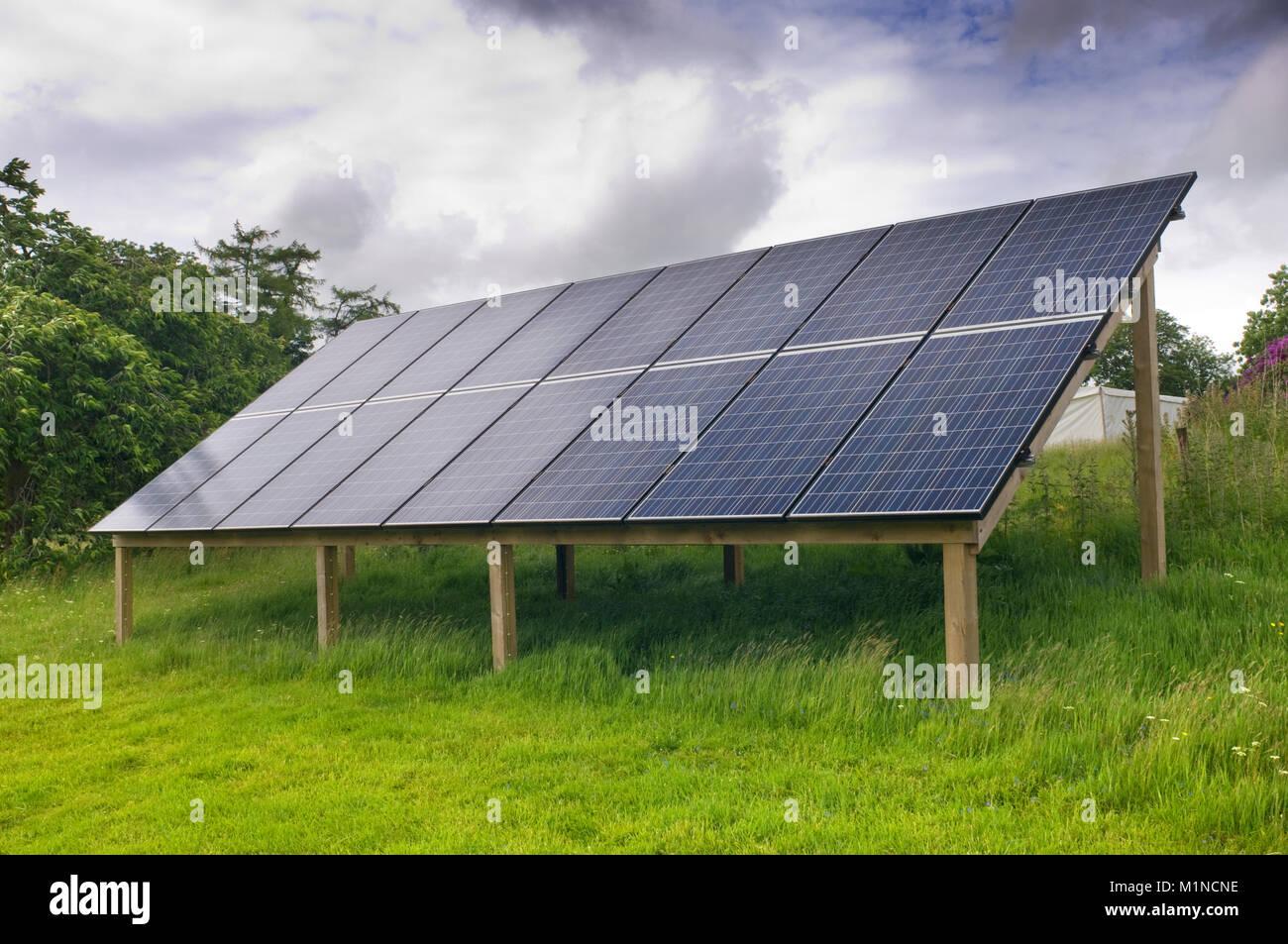Conjunto de pequeños paneles solares - John Gollop Imagen De Stock