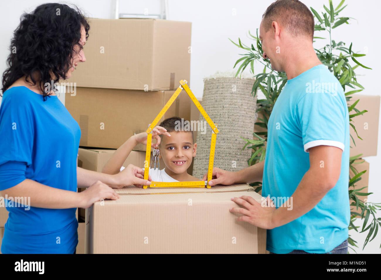 Feliz familia se mudó a una nueva casa hijo posee la clave Foto de stock