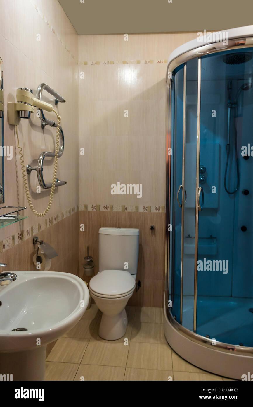 Diseño moderno de un pequeño cuarto de baño con cabina de ducha Foto ...