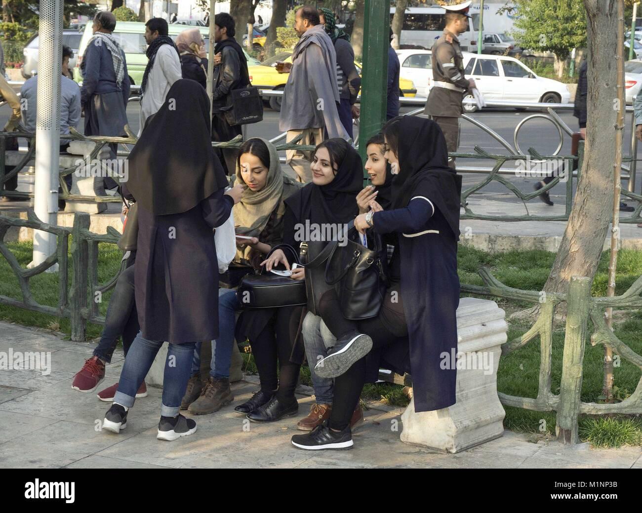 Women Iran Modern Imágenes De Stock   Women Iran Modern Fotos De ... 2ac6c9b51eb4