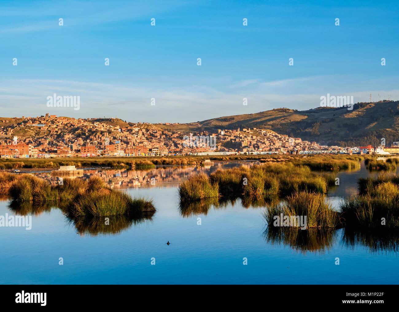 El lago Titicaca y la ciudad de Puno al amanecer, Perú, América del Sur Imagen De Stock