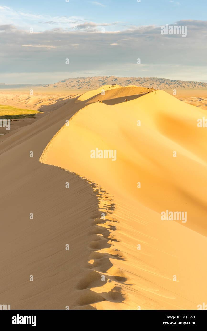 La gente caminando en Khongor dunas de arena en el desierto de Gobi Gurvan Saikhan National Park, Sevrei district, Imagen De Stock