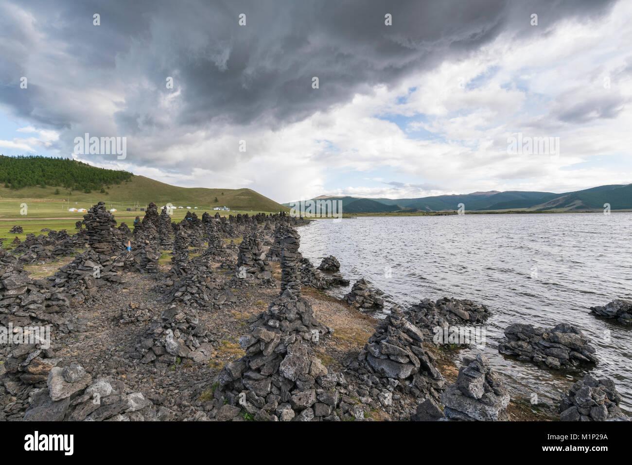 Formaciones de roca volcánica a orillas del Lago Blanco, taría, distrito del norte de la provincia Hangay, Imagen De Stock