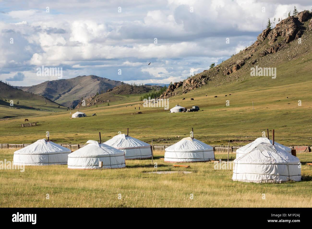 Turista ger camp y montañas Khangai, distrito, provincia Hovsgol Burentogtokh, Mongolia, Asia Central, África Imagen De Stock
