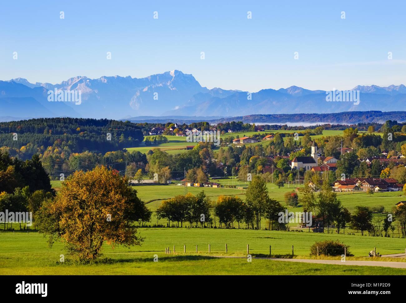 Y Deining Neufahrn cerca Egling con Zugspitze,vista desde Ludwigshöhe,faldas alpinas,Alta Baviera, Baviera, Alemania Foto de stock