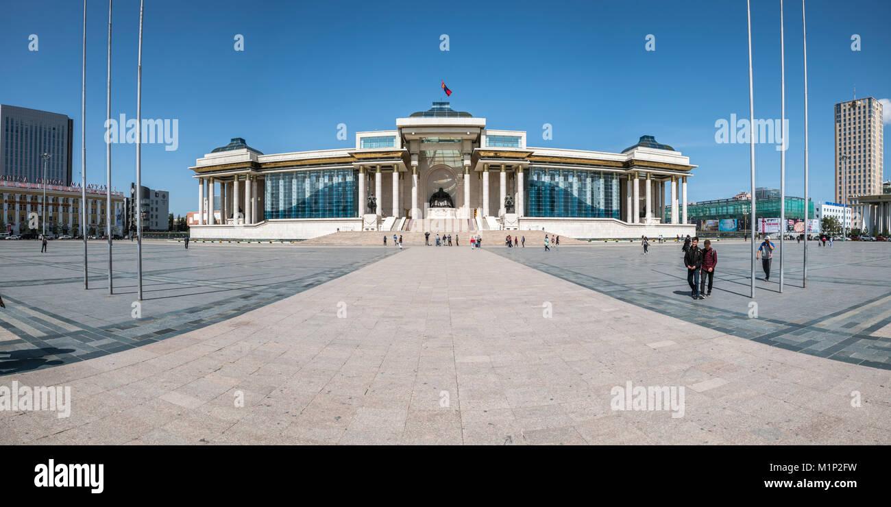 Los turistas en Sukhbaatar Square con el palacio de gobierno, en Ulan Bator, Mongolia, Asia Central, África Imagen De Stock